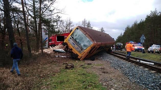 Dopravní nehoda na železničním přejezdu na silnici II/114 u Staré Huti.
