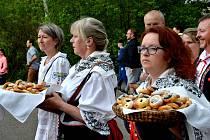 Vše začalo průvodem od Staročeské hospody přes náves na prostranství u hřiště Slavoje. Za doprovodu živé hudby šly nejprve malé děti, po nich následovala mládež a nakonec dospělí, všichni v tradičních krojích.