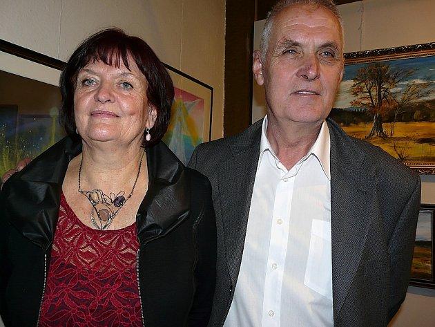 Na vernisáži výstavy Stanislava Kadlece přednese opět úvodní slovo jeho manželka Jitka (oba na snímku).