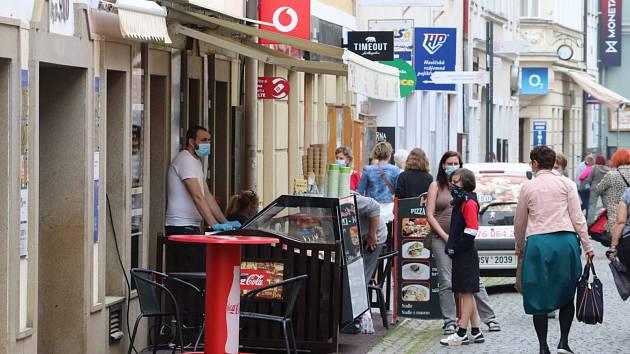 Návrat zákazníků do obchodů v Pražské ulice v Příbrami.