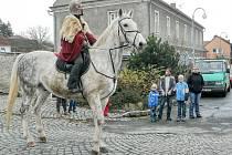 SVATÝ Martin opravdu přijel na bílém koni, ale sníh nepřivezl.