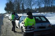 Policejní hlídky rozdávaly reflexní vesty.