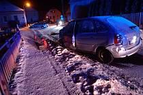 Dopravní nehoda v Rožmitále pod Třemšínem: do rodinného domu narazil opilý řidič, čtyři lidé v autě utrpěli zranění.