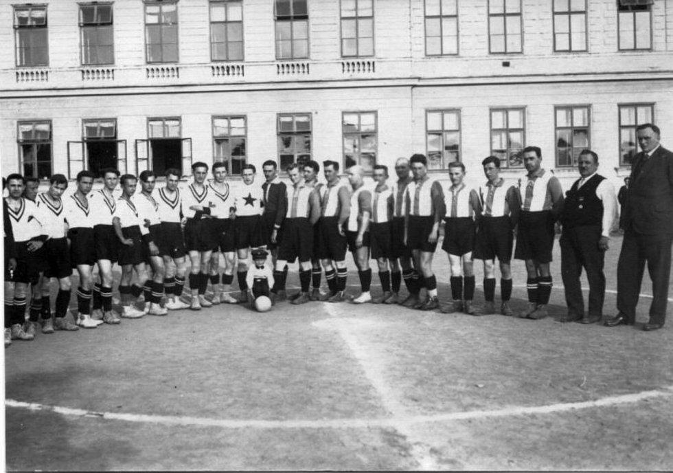 Rok 1933. Fotografie z přátelského utkání mezi SK Dobříš a SK Nečín, které se odehrálo v prostorách současného školního hřiště u 1. ZŠ Dobříš.