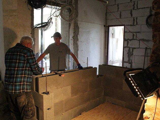 Stavební práce na výtahu pro hlavní budovu příbramské knihovny.