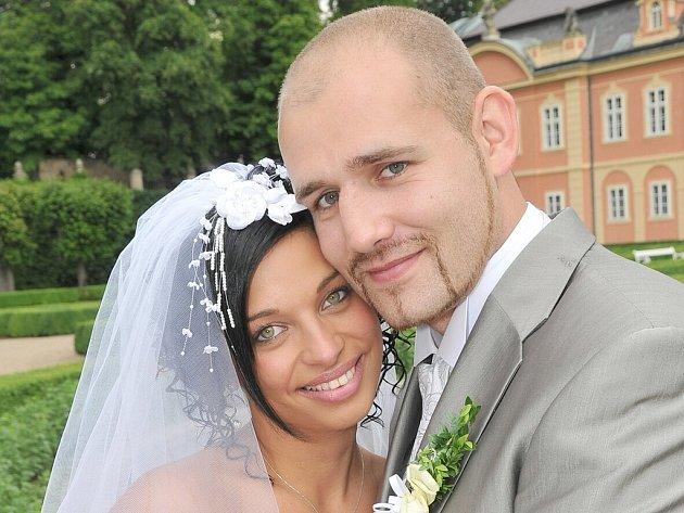 Jan Popovič a Jitka Krčková uzavřeli sňatek v sobotu 20. června v 11 hodin. Novomanželé Popovičovi měli svatbu v zrcadlovém sále dobříšského zámku.