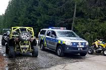Policie při zadržení čtyřkolkářů.