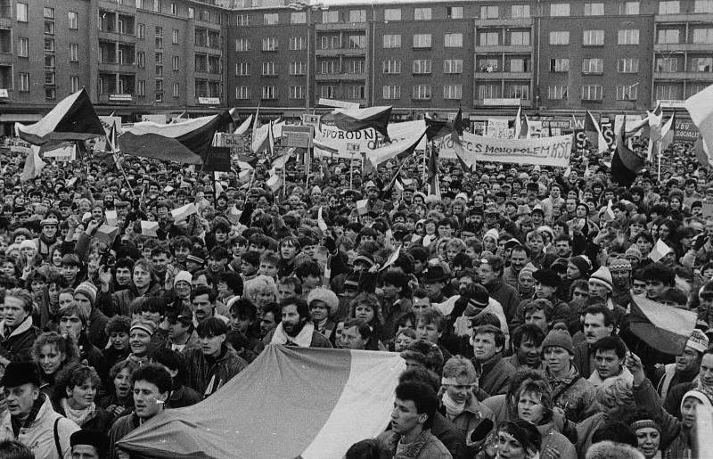 Generální stávka v Příbrami 27. listopadu 1989 na tehdejším náměstí VŘSR, nyní náměstí 17. listopadu.