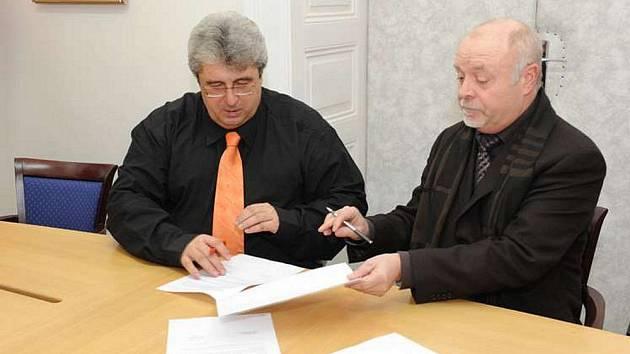 Josef Řihák a Jan Oulický při podpisu smlouvy o prodeji 1. polikliniky.