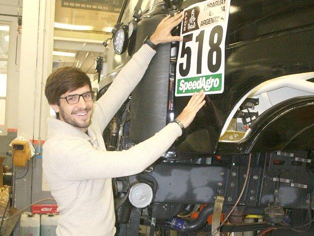 Martin Macík zkouší, jak bude jeho kamionu slušet číslo přidělené pro Rallye Dakar 2017.