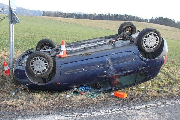 Nehoda z17.března vKřížově, kde po najetí na krajnici dostal řidič smyk a narazil do značky. Škoda je 52tisíc korun.