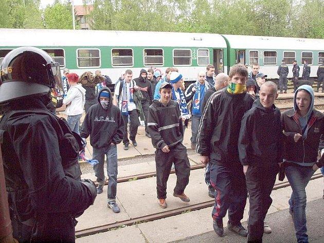Stovky policistů hlídaly v květnu Příbram kvůli fanouškům Baníku Ostrava.