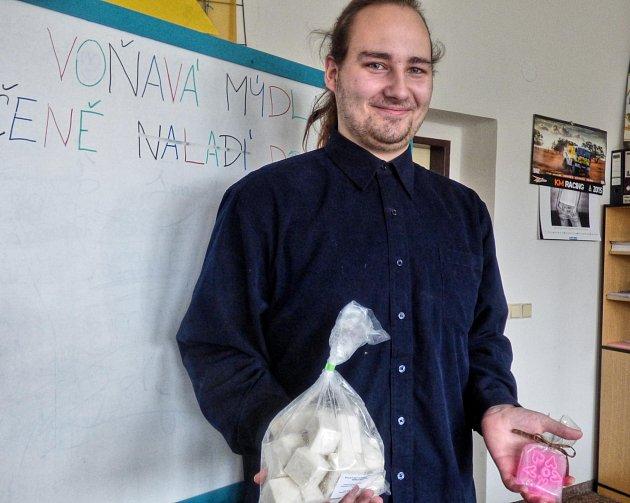 VICEPREZIDENT firmy Bubble company Pavel Hrbek ukazuje mýdlovou hmotu i hotový výrobek. Je studentem třetího ročníku, až ročník dokončí, zanikne i tato společnost.