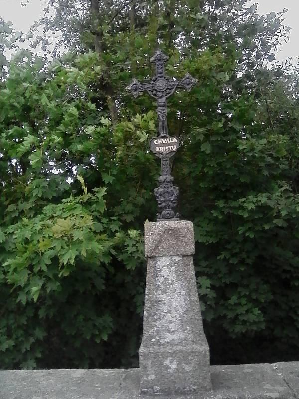 Naproti na druhé straně mostu je křížek.