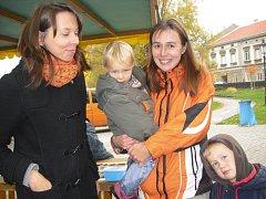Lesní klub Kopretina z Příbrami. Jaroslava Gabrielová, Kateřina Lobodášová (vpravo) s dcerkou Eliškou a malým Tomáškem.