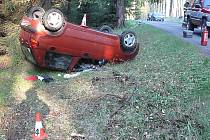 Nehoda na silnici v lese.