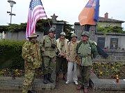 Sobota byla dnem plným vzpomínek na americké letce. Po bohoslužbě členové klubu vojenské historie, kteří jsou zároveň v klubu potápěčů, přešli k památníku na sedlčanském hřbitově.