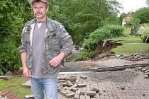 Své si prožívá Václav Polák, majitel domku na břehu potoka v Kamýku. Valící se voda z protržené hráze rybníku mu ukrojila kus pozemku.
