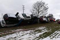 Na Příbramsku havarovalo nákladní vozidlo, které převáželo osobní automobily.