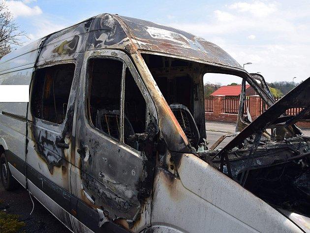 Požár dodávkového automobilu na hrázi rybníka Papež.