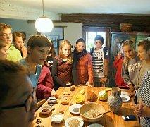 Zahraniční studenti ve Skanzenu Vysoký Chlumec poznávali zvyky českých předků.