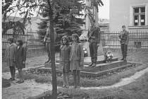 Výsadba lípy v roce 1968 v Mutějovicích. Strom bude v brzké době zařazen na mapu Stromů svobody.