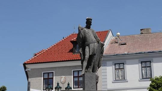Kvůli vandalům přišel o svůj praporec i sv. Václav na Václavském náměstí v Příbrami.