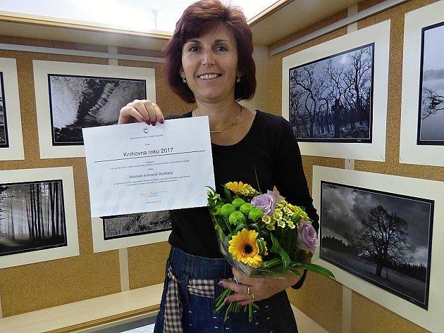 Diplomu, který udělilo Ministerstvo kultury ČR sedlčanské knihovně, si Jana Roškotová (na snímku) a její kolegyně velice váží.