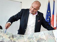 Příbramský starosta Jindřich Vařeka s plánem výstavby Jihovýchodního obchvatu.