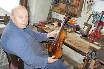 Opravář a výrobce hudebních nástrojů Václav Mašek.
