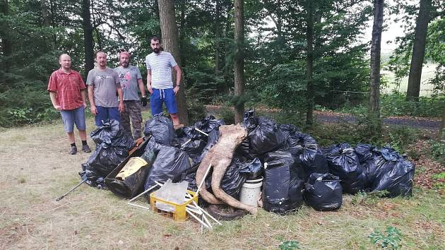 Dobrovolníci celé čtyři dny sbírali a odváželi na lodích odpadky z nepřístupných zátok Orlíku.