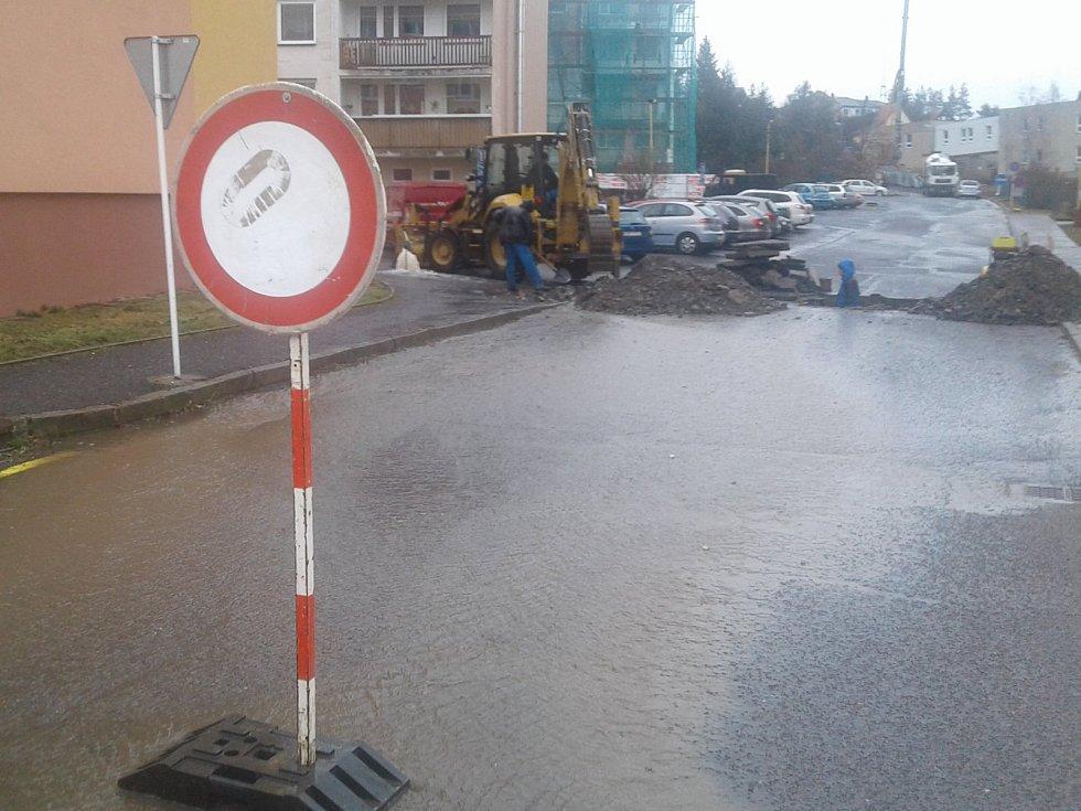 Dobříš - Havárie vodovodního potrubí zkomplikovala řidičům v pondělí 12. března jízdu v Dobříši kolem rybníka Papeže.
