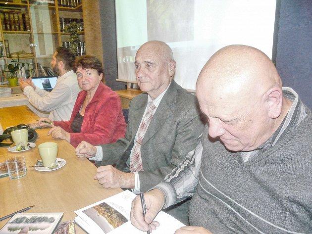 PODEPSAT knihu Tajemné životy Jakuba Krčína si mohli nechat od autorů (zprava) Otomara Dvořáka, Josefa Dolejšího, Marie Holečkové a Milana Dlouhého. Další zájemci si ji mohou zakoupit v sedlčanském muzeu.