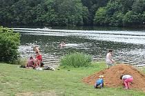 Kemp Cholín. Zrovna loni tu podle výpovědi rekreantů skútr najel ve vodě na starší ženu, která utrpěla četná zranění.
