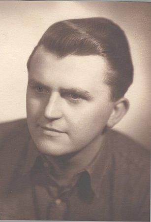Maturitní fotografie Antonína Máši zroku 1954.