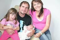 Malá Anička má velkou radost ze sestřičky Marušky Hampeisové. Ta se mamince Renátě  a tatínkovi Václavovi z Příbrami narodila v pátek 11. července a v ten den vážila 3,36 kg a měřila 50 cm.