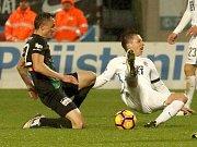 Sparta (v bílém) vyhrála v Příbrami gólem Šurala v poslední minutě. Tady bojuje Trapp se Sáčkem