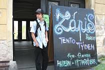 Bubeník Tomáš Kuchyňka před 2. základní uměleckou školou v Příbrami