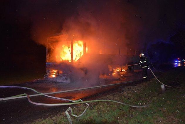 Přestože první jednotka byla na místě asi po dvanácti minutách od ohlášení požáru, autobus už byl plameny zasažen vplném rozsahu.