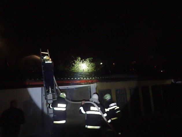 Požár stodoly na zahradě domu v Sedlčanech.