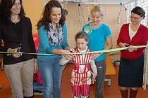 """Slavnostního stříhání pásky před třetí """"klecí"""" se ujala holčička, které terapie velice pomáhá a výrazně zlepšuje úroveň jejího života."""