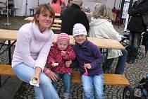 Kristina Topferová z Příbrami chodí na Šalmaj každý rok. Na snímku je se svými dcerkami  Maruškou, které je  rok a půl a pětiletou  Aničkou.
