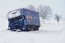 Na silnici mezi Lazskem a Tochovicemi skončil v pondělí kamion v závěji mimo silnici, když se jeho šofér vyhýbal protijedoucímu automobilu, který dostal smyk a vjel do protisměru.