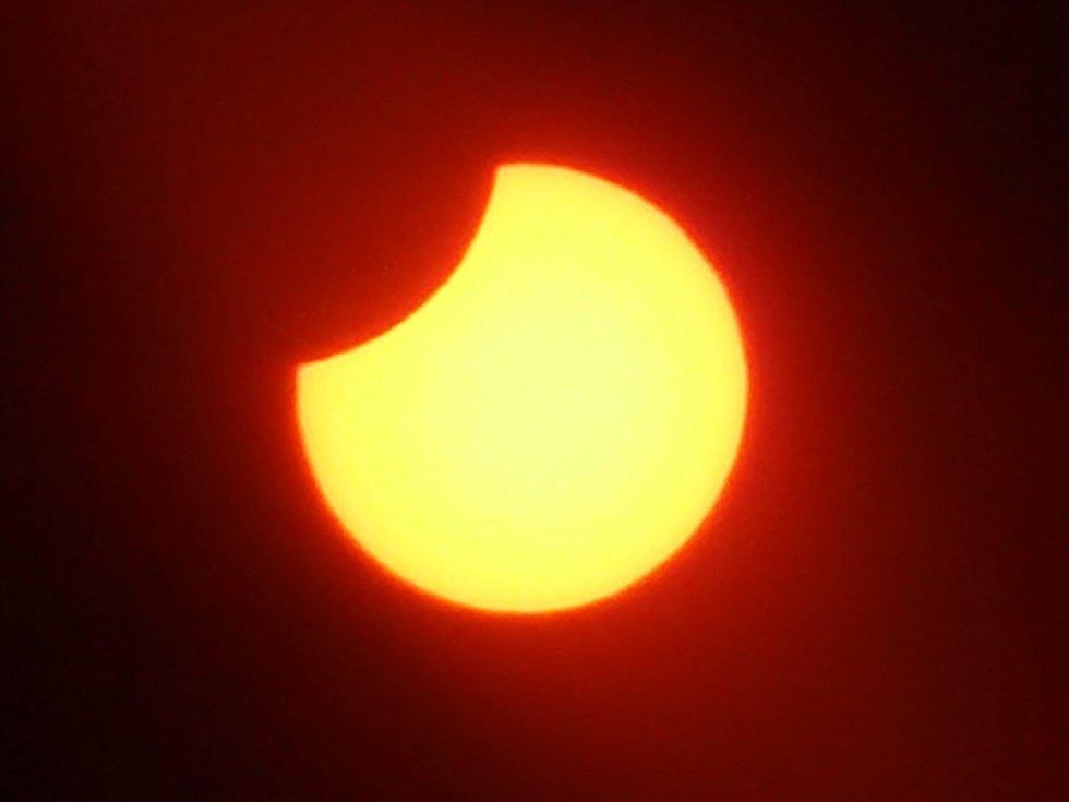 Zatmění slunce v 11.35 hodin - maximální fáze zatmění