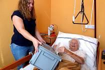 K  NEJSTARŠÍM voličům v sedlčanském domově seniorů patřila pětadevadesátiletá Božena Bicanová.