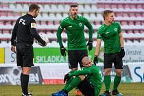 Zraněný Jan Rezek sedí na trávníku během zápasu s Plzní.