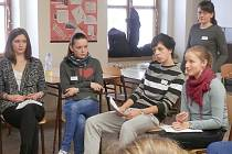 Studenti příbramské obchodní akademie při besedě o migraci.