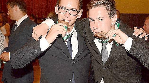 VÁCLAV Calta (vpravo) a Tomáš Spáčil testují ryzost zlatého kovu.