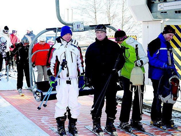 O kvalitě lanovky v lyžařském areálu Monínec na Příbramsku se přesvědčil i hejtman Středočeského kraje David Rath.