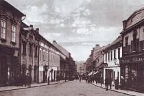 Pohled do Pražské ulice z Václavského náměstí v Příbrami v roce 1926.